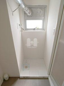 ランドリースペースです。 湿気のこもりがちな洗面所ですが、窓が付いているのはうれしいポイントです。