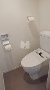 洗浄暖房機能付のトイレです。
