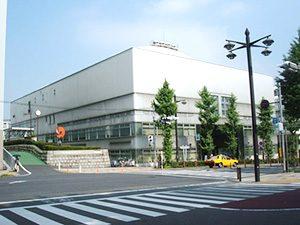 物件から徒歩約1分の豊島区立体育館です。